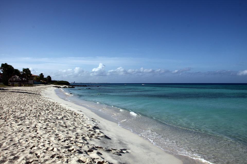 Turquoise blue water on an Aruban beach
