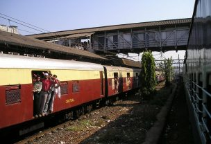 Image of an overcrowded train in India